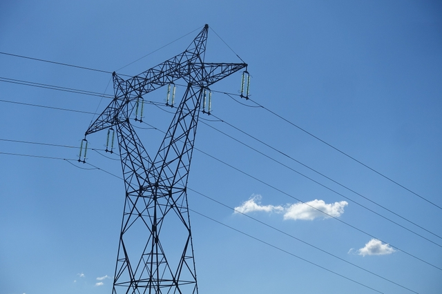 Power transmission tower. Credit: Guilhem Vellut / Flickr