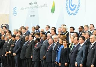 Family photo during Leader Event of COP 21/CMP 11 - Paris Climate Change Conference. Photo: UNclimatechange / Flickr