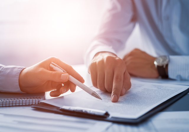 Contracting. Credit: REDPIXEL.PL / Shutterstock