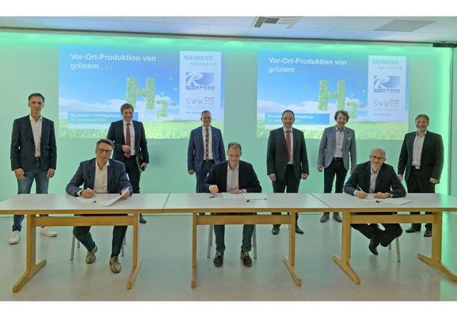 Signing of the letter of intent with Andreas Schmuderer, Siemens, Marco Krasser, SWW; Bernd Koch, Siemens. Photo: Siemens
