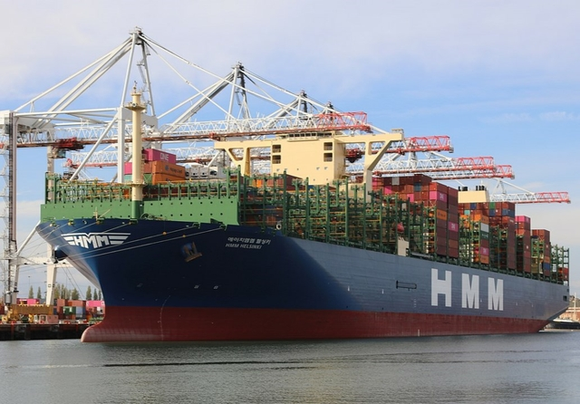 HMM Copenhagen docked at Southampton Container Port. Photo: geni / Wikimedia. Licence: CC-BY-SA