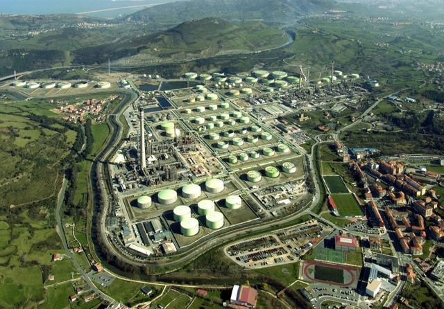 PetroNor refinery, Bilbao. Photo: Repsol / Flickr. Licence: CC BY-NC-SA